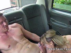 Водитель такси оттрахала клиента в машине
