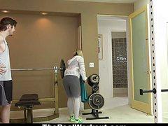 Молодая блонда дала в спортивном зале тренеру