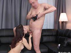 Привлекательная шлюшка ебется со зрелым мужиком на камеру