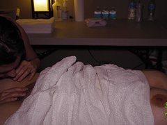 Старательная массажистка ласкает клиентке киску вибратором