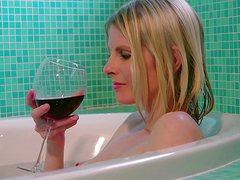 Тонкая блонда устроила романтический вечер в ванной