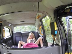 Седой таксист выебал телку как хотел в машине