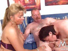 Две толстые бабы устроили с сотрудником оргию