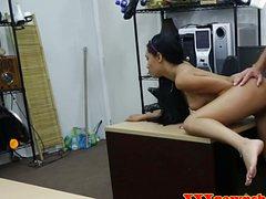 Сочную молодку трахает продавец магазина в писю