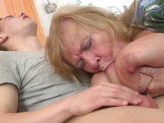 Молодой озабоченный трахает толстую старуху