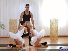 Мускулистый тренер трахает двух балерин в зале