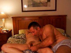 Зрелые партнеры совокупились на кровати перед сном