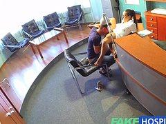 Сочная медсестра поебалась с пациентом в ожидании доктора