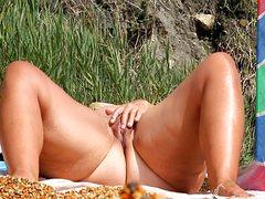 Пышка голышом мастурбирует на пляже