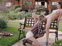 Молодые голые лесбиянки на улице потискали друг друга