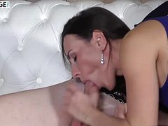 Опытная женщина с парнем младше трахается на диване
