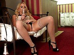 Роскошная выпившая блонда пошалила со своей писькой