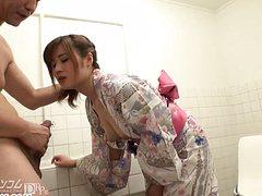 Спонтанный жесткий секс с азиаткой в туалете устроил кобель