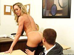 Головокружительная учительница со студентом ебется на столе