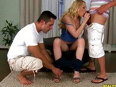 Сексуальную блондинку ебут два парня двумя пенисами
