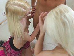 Развратная зрелая блондинка групповуху устроила с подругами