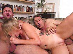 Зрелые мужики трахают в два члена молодую потаскуху