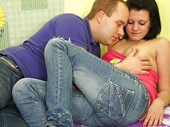Молодая телочка отдается парню в своей комнате