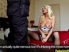 Зрелую сисястую телку в чулках жарит высокий полицейский