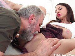 Бородатый старик трахает молодую девушку на матрасе