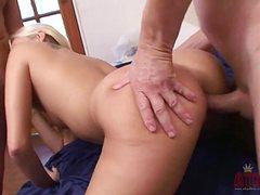 Молодую девушку в две дырки трахают зрелые кобели