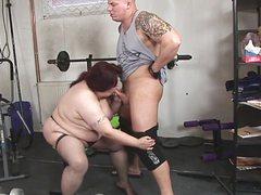 Накачанный мужчина жарит жирную на тренажере