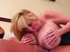 Зрелая блондинка в чулках трахается с лысым ебарем