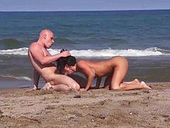 Горячая порка с симпатичной девкой на пляже