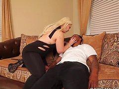 Пьяная блондинка отсасывает у негра и ебется раком