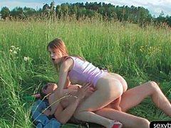 Привлекательную русскую суку попороли в поле