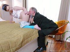 Старик активно порет молодую потаскуху