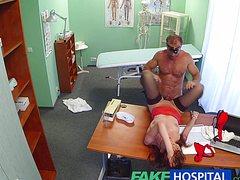 Телочка пришла к доктору и потрахалась с ним