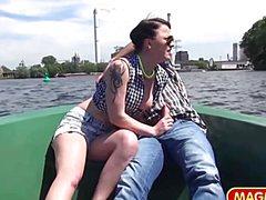 Молодая девка согласилась на горячую порку в лодке
