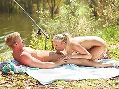 Блондинка села пиздой на большой ствол парня на природе