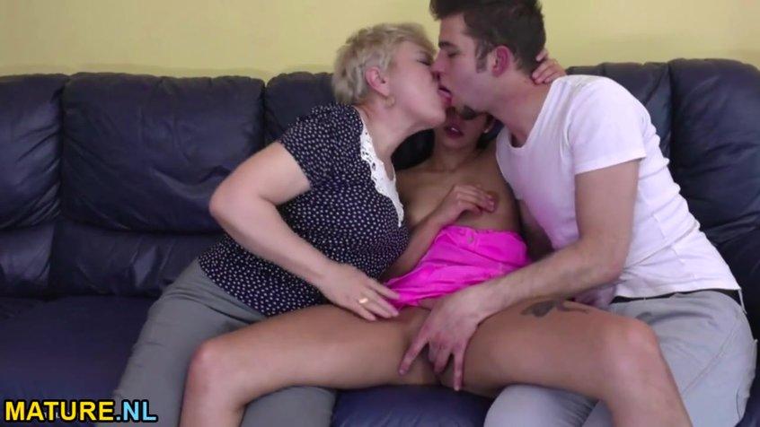 Трусиках порно случайно зашла к молодой паре на порно под юбку