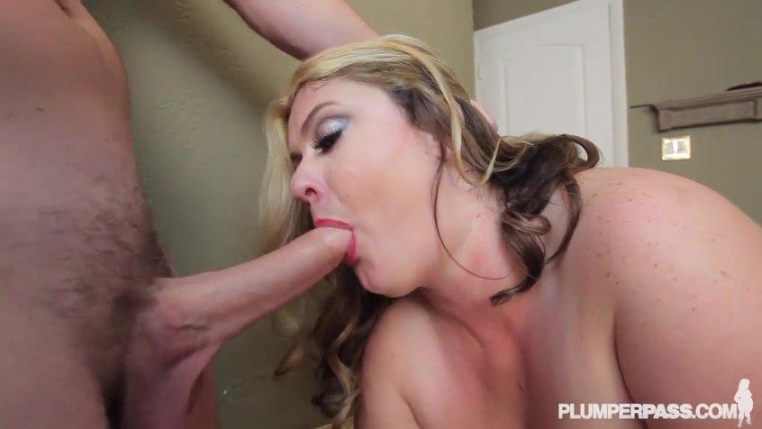 Самец трахает зрелую девушку