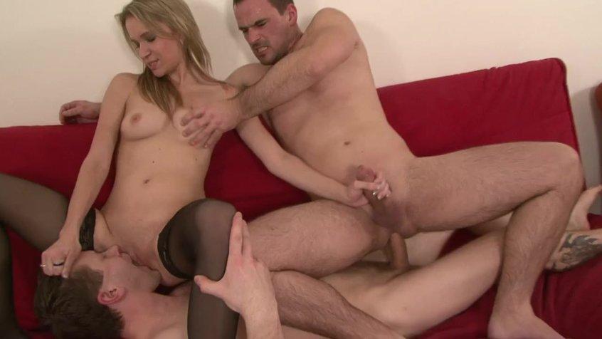 Порно видео как трахаются одна девка и 2 парня