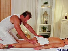 Во время массажа мужчина и женщина ебутся на кушетке