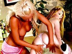 Загорелая блондинка нежно гладит девушку голышом