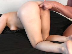 Зрелый блядун лижет равно трахает жопу юный давалки