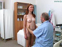 Зрелый озабоченный гинеколог расслабил телку в кресле