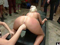 Зрелая стройная блонда пришла на еблю перед зрителями