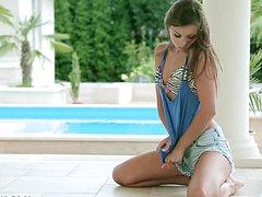 Девушка голая красивая показывает тело около бассейна