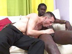 Горячий негр жарит попку белого кобелька на диване