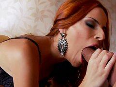 Мужика исполняет желания девушка на кровати рабочими дырками