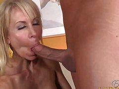 Блондинка лежит раздвинув ноги с пенисом в пизде