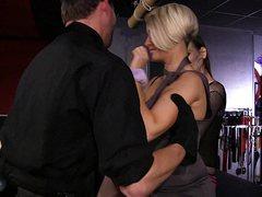 Зрелый мужик двух женщин ублажает большим стволом