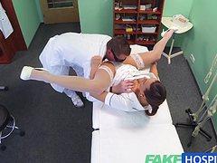 Шикарная брюнетка в сексуальном белье трахается с доктором