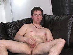 Упитанный молодой парень дергает фаллос руками