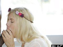 Мускулистый негр трахает красивую блондинку в письку